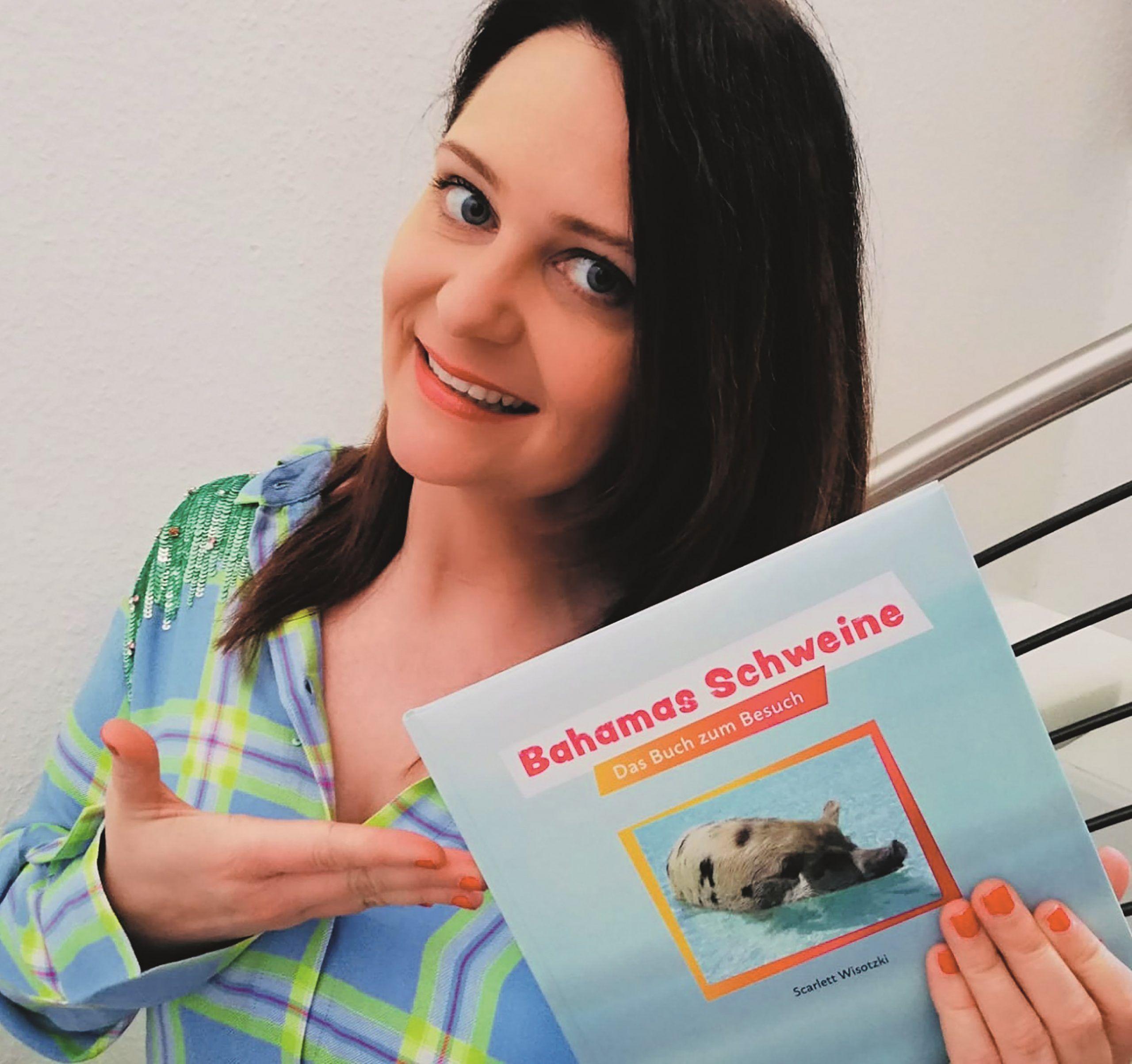 Scarlett Wisotzki mit ihrem Buch Bahamas Schweine