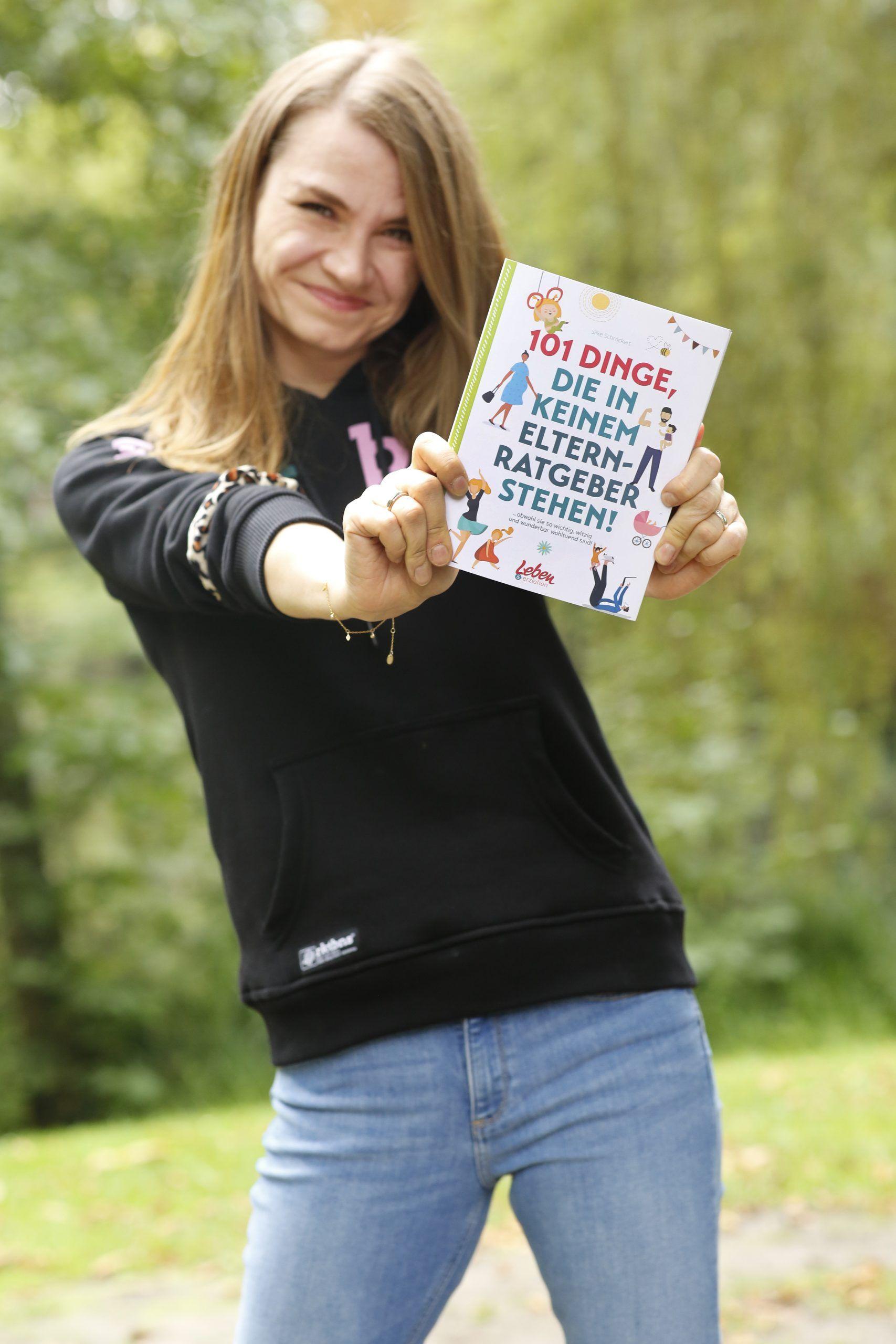 """Silke Schröckert mit ihrem Buch """"101 Dinge, die in keinem Elternratgeber stehen"""""""