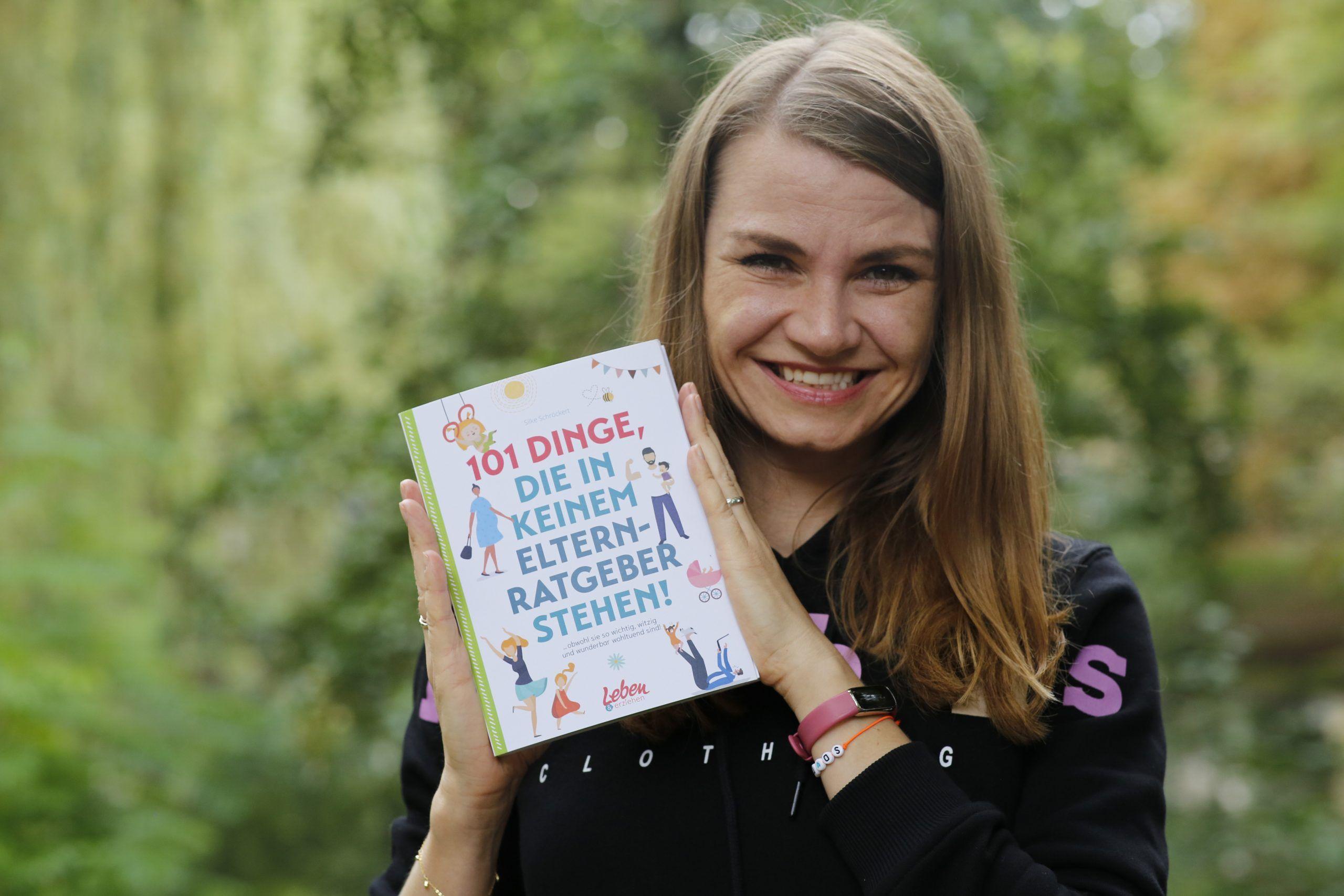 Silke Schröckert hält ihr erstes Buch in der Hand